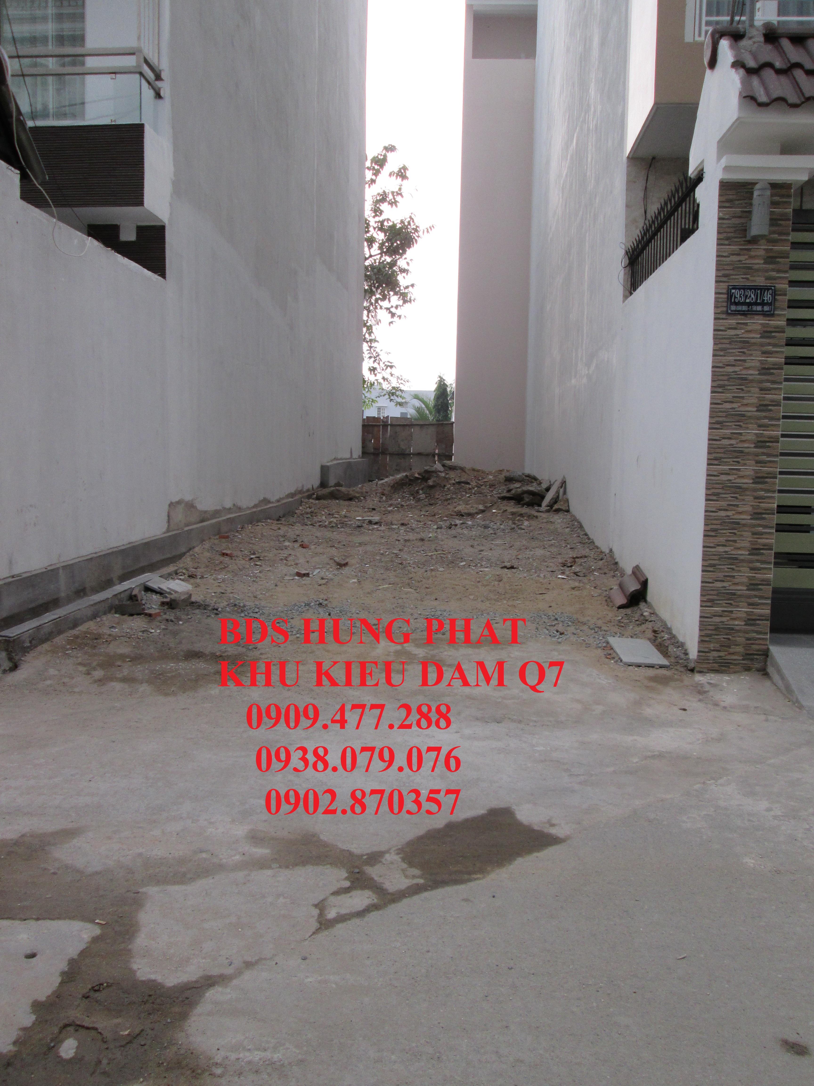 Đang cần tiền trả nợ ngân hàng nên bán gấp lô đất DT 5 x 17m, hướng Đông hẻm 793 Trần Xuân Soạn Q7, mặt tiền đường 7 m, giá bán 4,2 tỷ. Xây dựng hết.