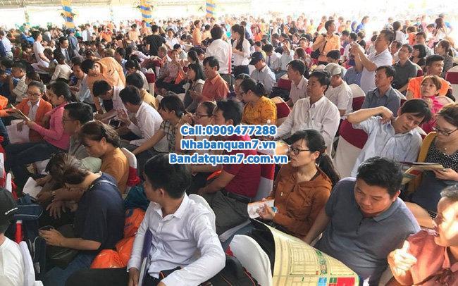 TP HCM: người dân chen chúc nhau đi mua đất nền.